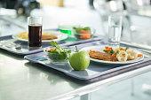 Kantine Mittagsessen mit Schnitzel und Nudeln auf einem Tablett.
