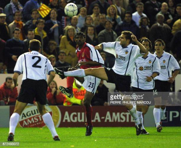 Kanu of Arsenal vies with Pellegrino Baraja Zahovic and Vicente of Valencia CF in a Champions' League quarer final 17 April 2001 in Valencia / AFP...
