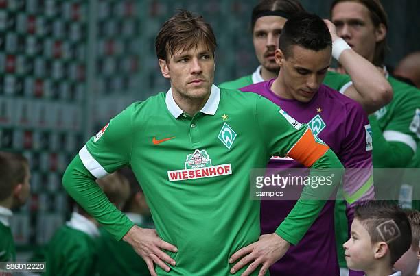 Kapitän Clemens Fritz dahinter Raphael Wolf Sebastian Prödl Jannik Vestergaard Fußball 1 Bundesliga Werder Bremen FC Bayern München 04