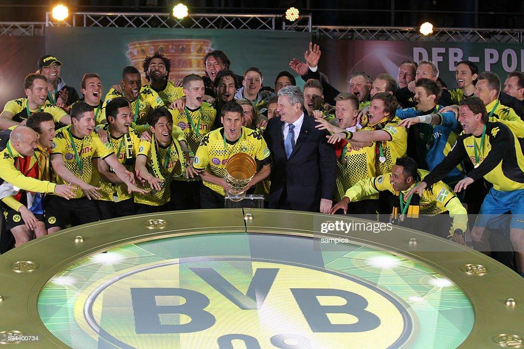 Kapitän Sebastian Kehl Borussia Dortmund mit Bundespräsident Joachim Gauck und der Mannschaft bei der Ehrung Pokalsieger und deutscher Meister...