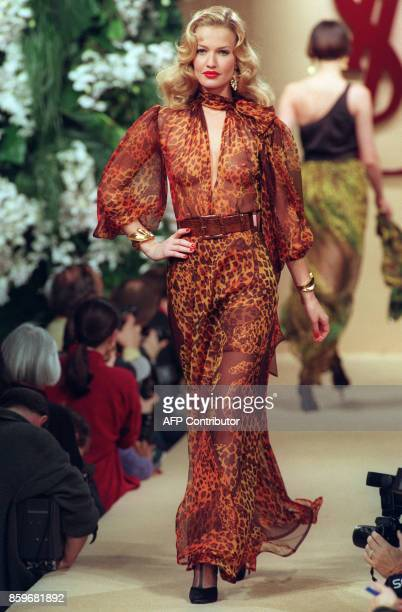 Karen Mulder presents a creation by French designer Yves Saint Laurent 19 January 1994 in Paris during the AutumnWinter 1994/1995 haute couture...