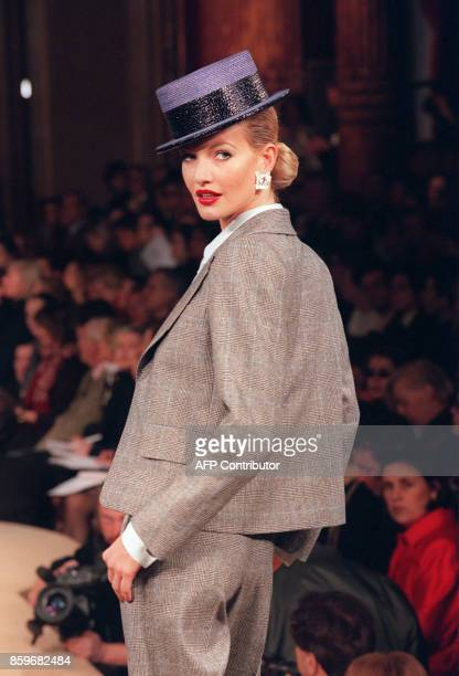 Karen Mulder presents a creation by French designer Yves Saint Laurent 22 January 1997 in Paris during the SpringSummer 1997/1998 haute couture...