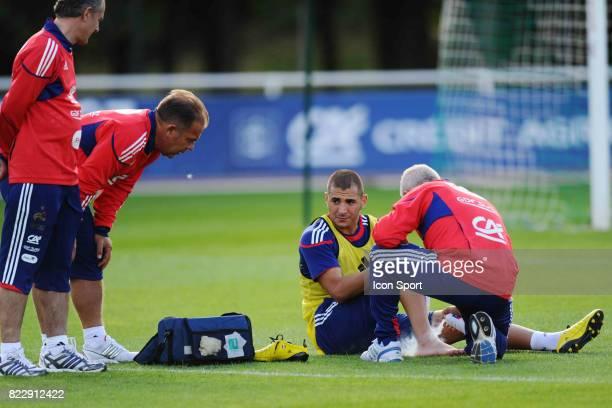 Karim BENZEMA avec le medecin de l'Equipe de France Blessure a la Cheville Entrainement de l' Equipe de France Preparation du Match conte la...