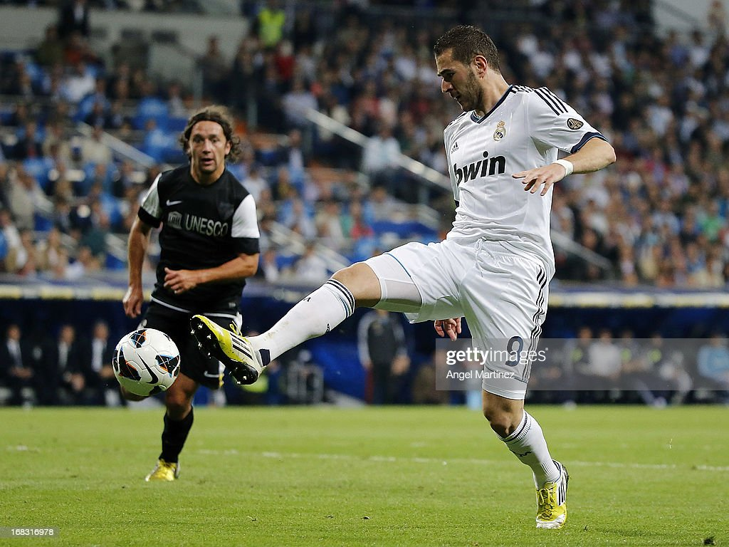 <a gi-track='captionPersonalityLinkClicked' href=/galleries/search?phrase=Karim+Benzema&family=editorial&specificpeople=796089 ng-click='$event.stopPropagation()'>Karim Benzema</a> of Real Madrid controls the ball during the La Liga match between Real Madrid and Malaga at Estadio Santiago Bernabeu on May 8, 2013 in Madrid, Spain.