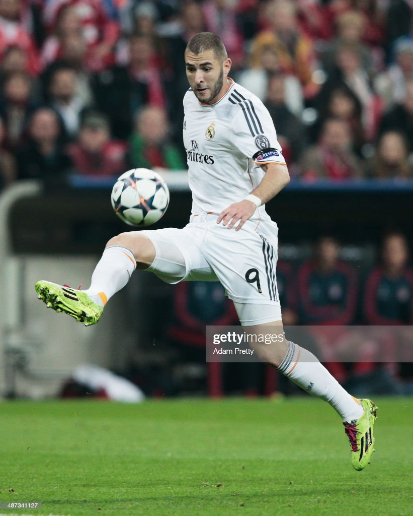 Karim Benzema of Real Madrid controls the ball during the UEFA Champions League semifinal second leg match between FC Bayern Muenchen and Real Madrid...