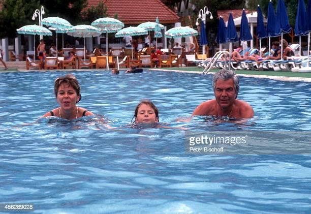 'Karin FrostTochter Jessica Ehemann Claus Wilcke beim Schwimmen im SwimmingPool beim Urlaub im ''Club Aldiana'' am in Kemer Türkei '