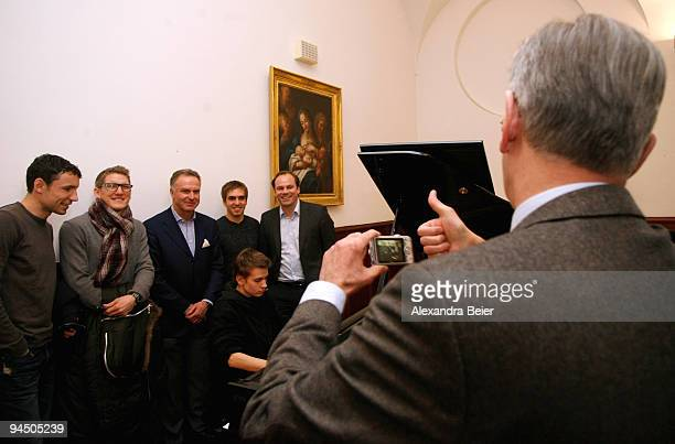 Karl Hopfner finance director of Bayern Muenchen shows a thumb up after he took a photograph of Marc van Bommel Bastian Schweinsteiger KarlHeinz...