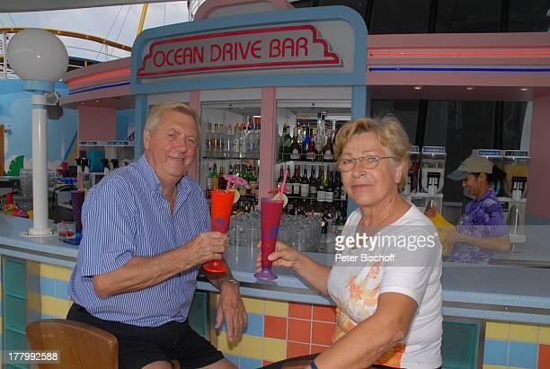 Karl Moik Ehefrau Edith HawaiiKreuzfahrt 'MS Pride of America' NCL Pazifik Hawaii Amerika USA Kreuzfahrtschiff Schiff Urlaub 'Ocean Drive Bar' Theke...
