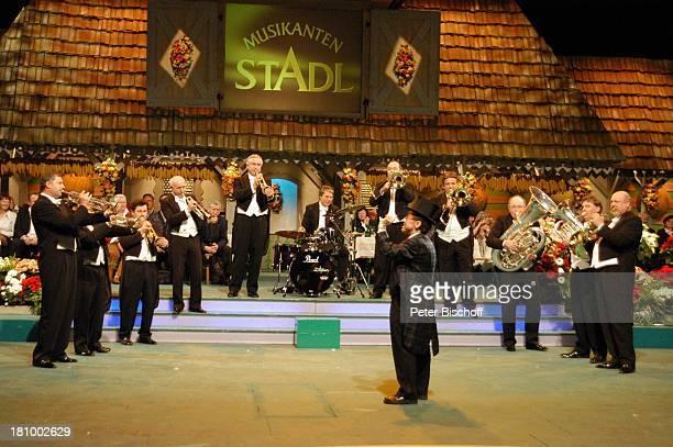 Karl Moik Musikgruppe 'Blechschaden' ARD/ORFVolksmusikshow 'Musikantenstadl' Salzburg/ sterreich 221103 Volksmusik Bühne Auftritt Zylinder Kiste...