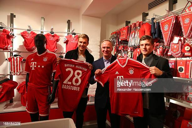 KarlHeinz Rummenigge CEO of Bayern Muenchen presents with his players Holger Badstuber and Toni Kroos the new home kit of FC Bayern Muenchen for the...