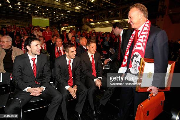 KarlHeinz Rummenigge CEO of Bayern Muenchen talks to the players Mark van Bommel Philipp Lahm and Bastian Schweinsteiger during the FC Bayern...