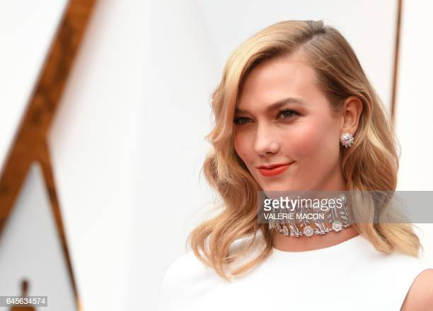 Karlie Kloss arrives on the red carpet for the 89th Oscars on February 26 2017 in Hollywood California / AFP / VALERIE MACON
