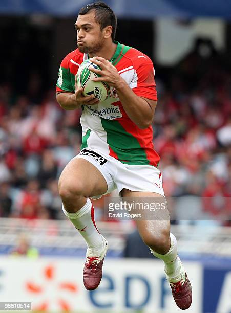 Karmichael Hunt of Biarritz catches the ball during the Heineken Cup semi final match between Biarritz Olympique and Munster at Estadio Anoeta on May...