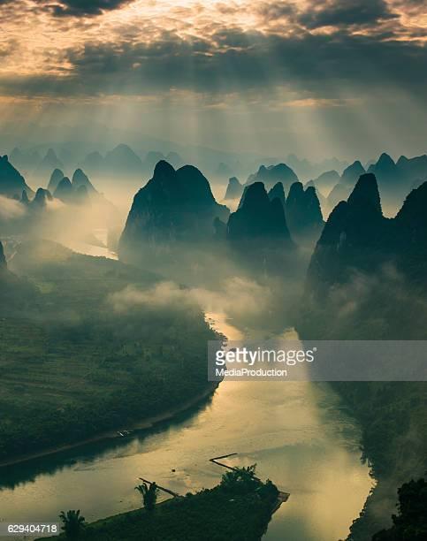 Montagnes karstiques et le fleuve Li à Guilin, Guangxi de la région