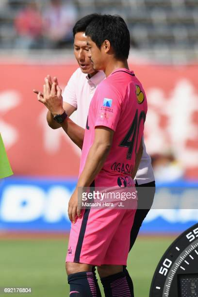 Kashima Antlers new head coach Go Oiwa instructs Mitsuo Ogasawara during the JLeague J1 match between Sanfrecce Hiroshima and Kashima Antlers at...