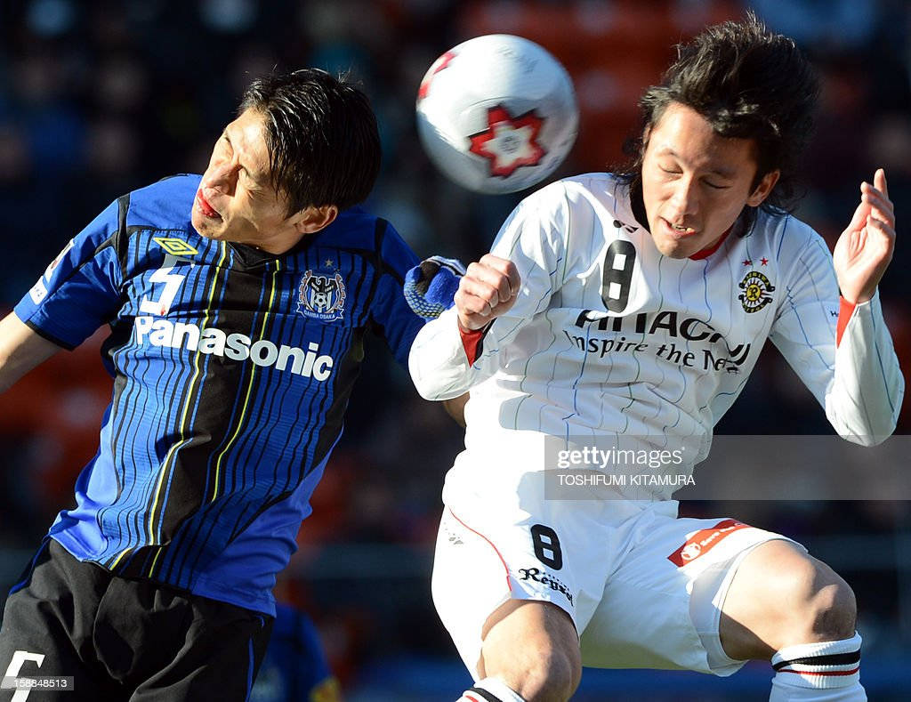 Kashiwa Reysol forward Masakatsu Sawa (R) vies for the ball with Gamba Osaka defender Daiki Niwa (L) during their football finals match of the Emperor's Cup in Tokyo on January 1, 2013. Kashiwa beat Osaka to win the 92nd Emperor's Cup tournament. AFP PHOTO / TOSHIFUMI KITAMURA