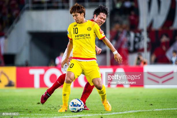Kashiwa Reysol forward Otsu Yuki fights for the ball with Guangzhou Evergrande midfielder Yu Hanchao during the Guangzhou Evergrande vs Kashiwa...