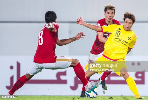 Kashiwa Reysol forward Otsu Yuki fights for the ball with Guangzhou Evergrande midfielder Zheng Zhi during the Guangzhou Evergrande vs Kashiwa Reysol...