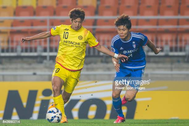 Kashiwa Reysol forward Otsu Yuki fights for the ball with Suwon Samsung FC defender Min Sang Gi during the 2015 AFC Champions League Round of 16 1st...