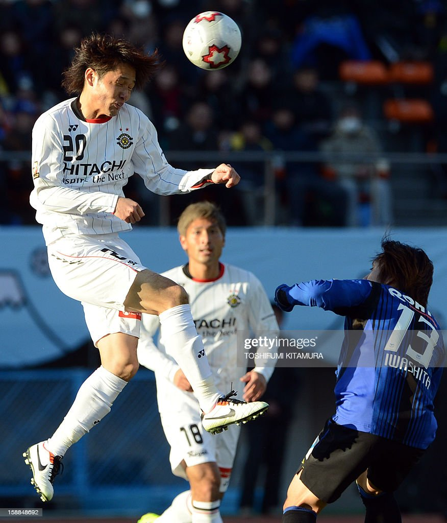 Kashiwa Reysol midfielder Akimi Barada (L) heads the ball in front of Gamba Osaka defender Keisuke Iwashita (R) during their football finals match of the Emperor's Cup in Tokyo on January 1, 2013. Kashiwa beat Osaka to win the 92nd Emperor's Cup tournament.
