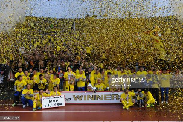 Kashiwa Reysol players celebrate the victory after Yamazaki Nabisco Cup final match between Urawa Red Diamonds and Kashiwa Reysol at the National...