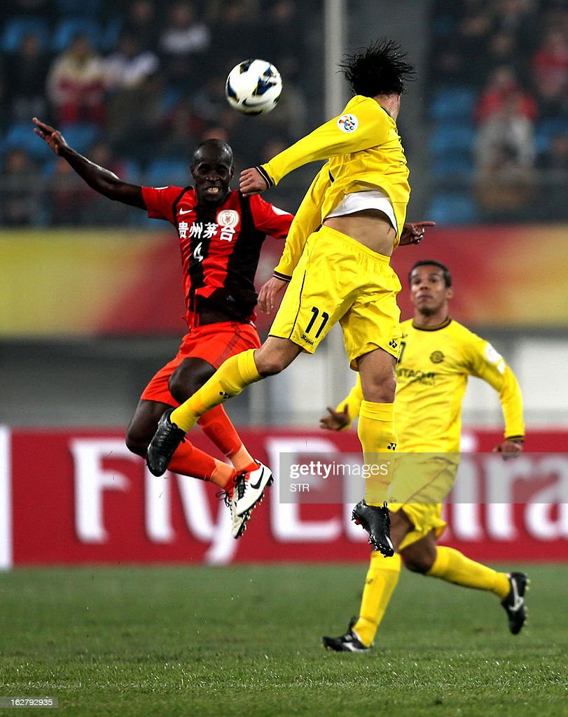 Kashiwa Reysol's Cleo (C) tussles for the ball against Guizhou Renhe's Jonas Salley (L) in the AFC Champions group H match in Guiyang Olympic Centre Stadium, southwest China's Guizhou province on February 27, 2013. Kashiwa beat Guizhou 1-0.