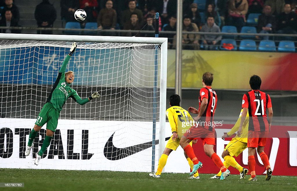 Kashiwa Reysol's goalkeeper Sugeno Takanori (L) clears a shot at goal against Guizhou Renhe in the AFC Champions group H match in Guiyang Olympic Centre Stadium, southwest China's Guizhou province on February 27, 2013. Kashiwa beat Guizhou 1-0.