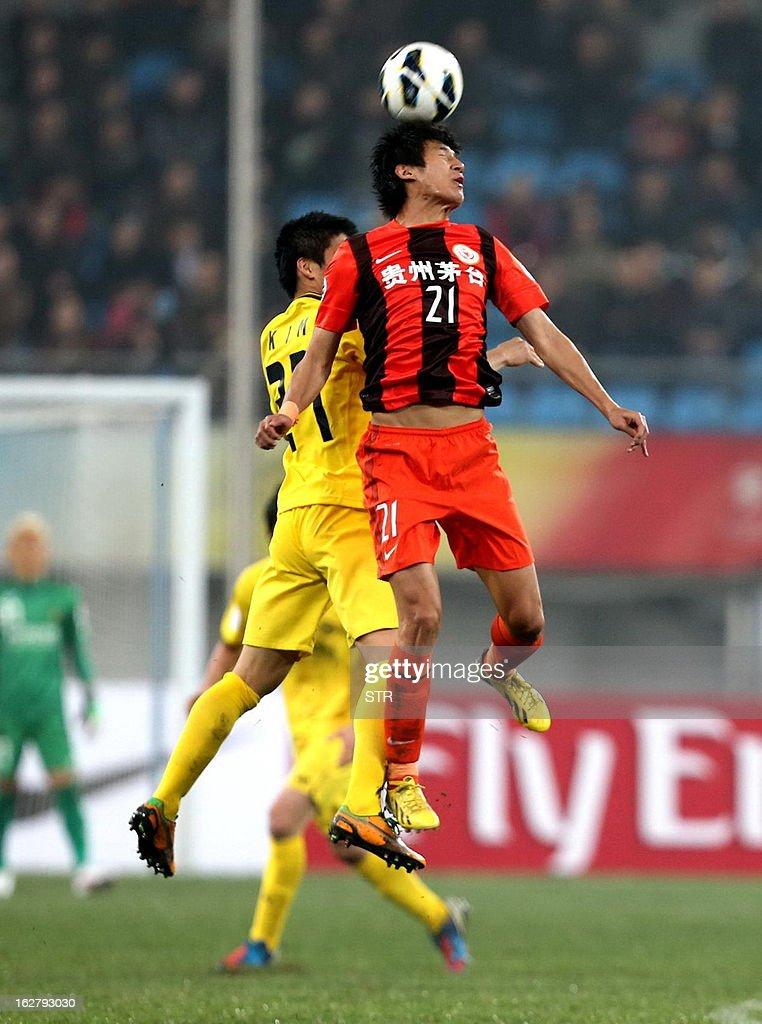 Kashiwa Reysol's Kim Changsoo (L) tussles for the ball against Guizhou Renhe's Yu Hai in the AFC Champions group H match in Guiyang Olympic Centre Stadium, southwest China's Guizhou province on February 27, 2013. Kashiwa beat Guizhou 1-0.