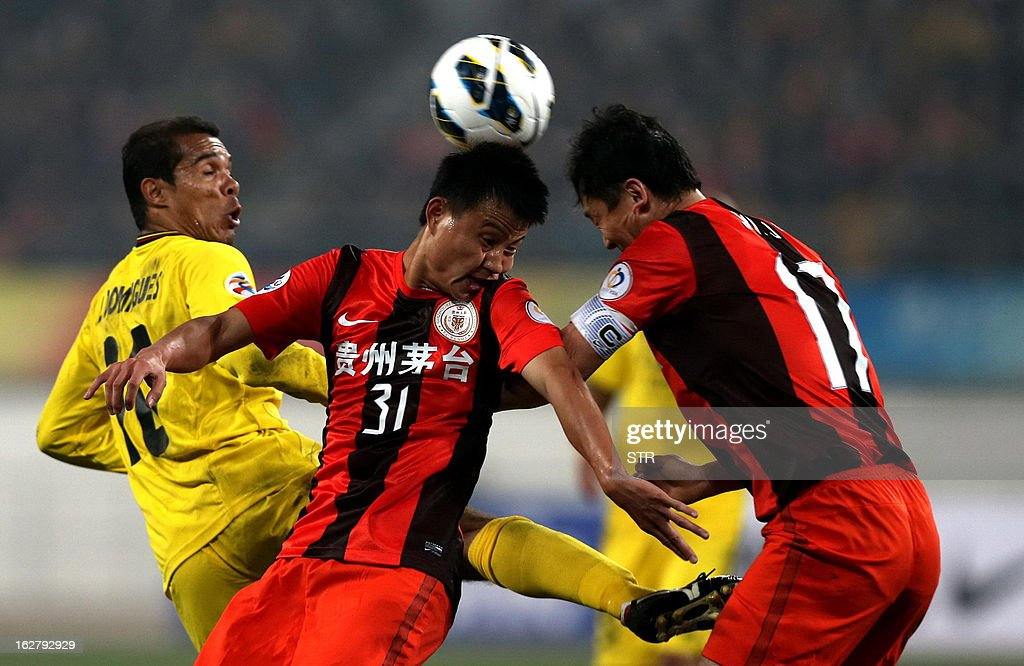 Kashiwa Reysol's Leandro (L) tussles for the ball against Guizhou Renhe's Rao Weihui (C) and Sun Jihai (R) in the AFC Champions group H match in Guiyang Olympic Centre Stadium, southwest China's Guizhou province on February 27, 2013. Kashiwa beat Guizhou 1-0.