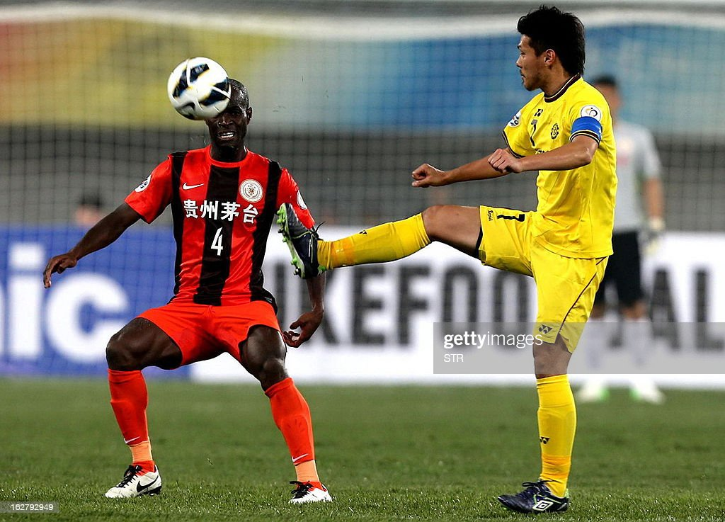 Kashiwa Reysol's Otani (R) tussles for the ball against Guizhou Renhe's Jonas Salley (C) in the AFC Champions group H match in Guiyang Olympic Centre Stadium, southwest China's Guizhou province on February 27, 2013. Kashiwa beat Guizhou 1-0.