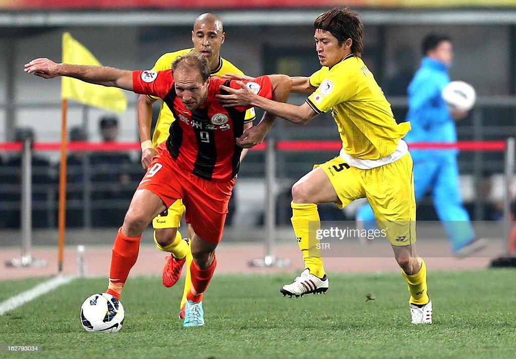 Kashiwa Reysol's Tatsuya Masushima (R) tussles for the ball against Guizhou Renhe's Zlatan Muslimovic in the AFC Champions group H match in Guiyang Olympic Centre Stadium, southwest China's Guizhou province on February 27, 2013. Kashiwa beat Guizhou 1-0.