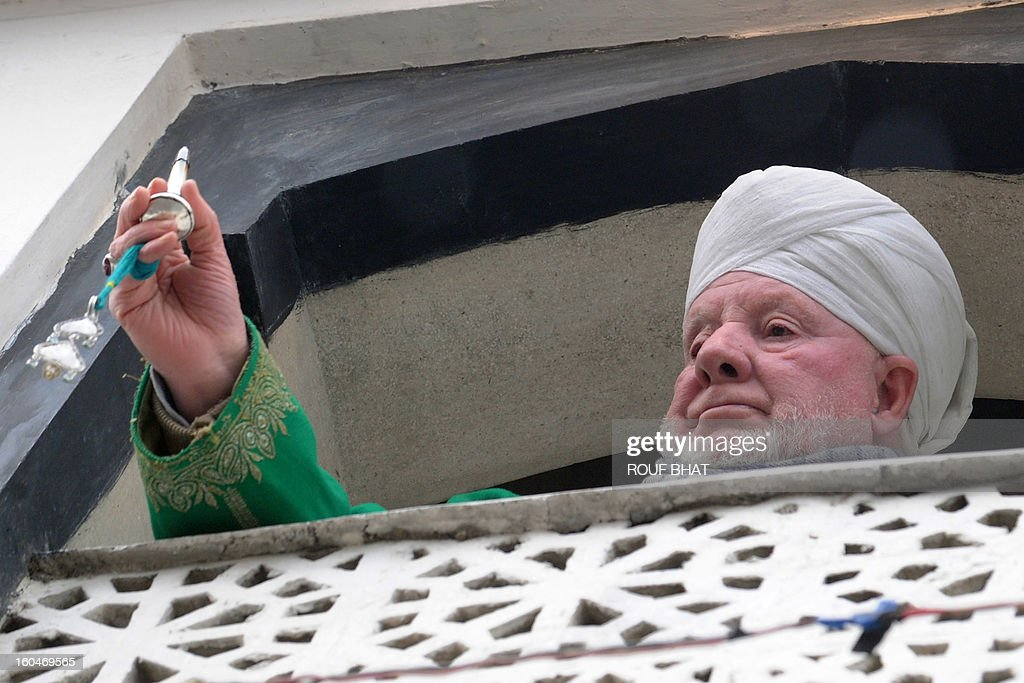 Kashmiri Muslim cleric Peer Hisam-u-Din-Banday displays a holy relic believed to contain a hair from the beard of Prophet Mohammedat the Hazratbal Shrine in Srinagar on Febuary 1,2013. Thousands of Kashmiri Muslims gathered at the shrine in the summer capital of Jammu and Kashmir to offer prayers and receive blessings. AFP PHOTO/Rouf BHAT