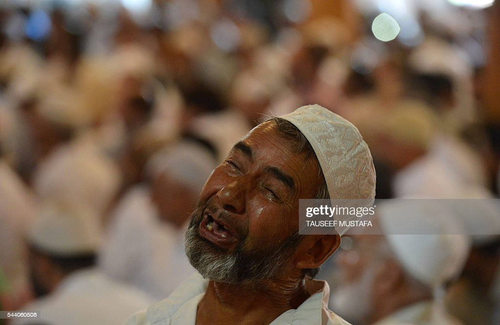 Kashmiri Muslims pray on the last Friday of Ramadan at The Jamia Masjid in Srinagar on July 1, 2016. Muslims around the world are preparing to celebrate Eid al-Fitr,which marks the end of the fasting month of Ramadan. / AFP / TAUSEEF