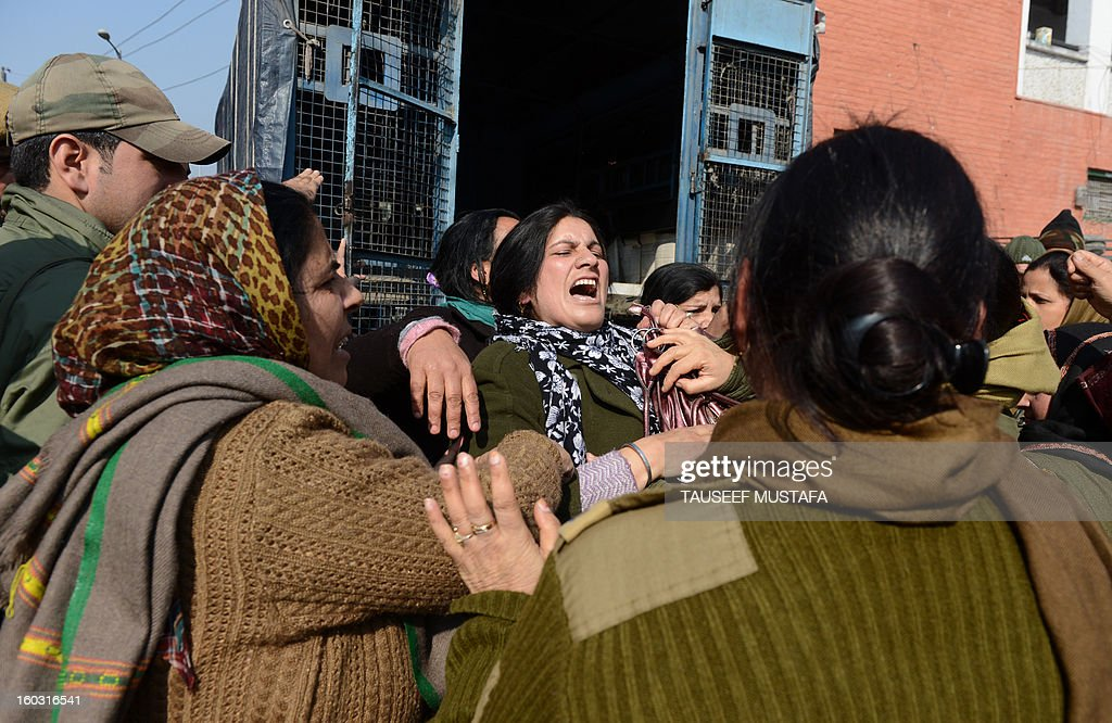 Kashmiri state government employees scuffle with Indian police during an anti-government protest in Srinagar on 29 January, 2013. The demonstrators were demanding the regularisation of contractual employees and the release of their unpaid salaries. AFP PHOTO/ Tauseef MUSTAFA