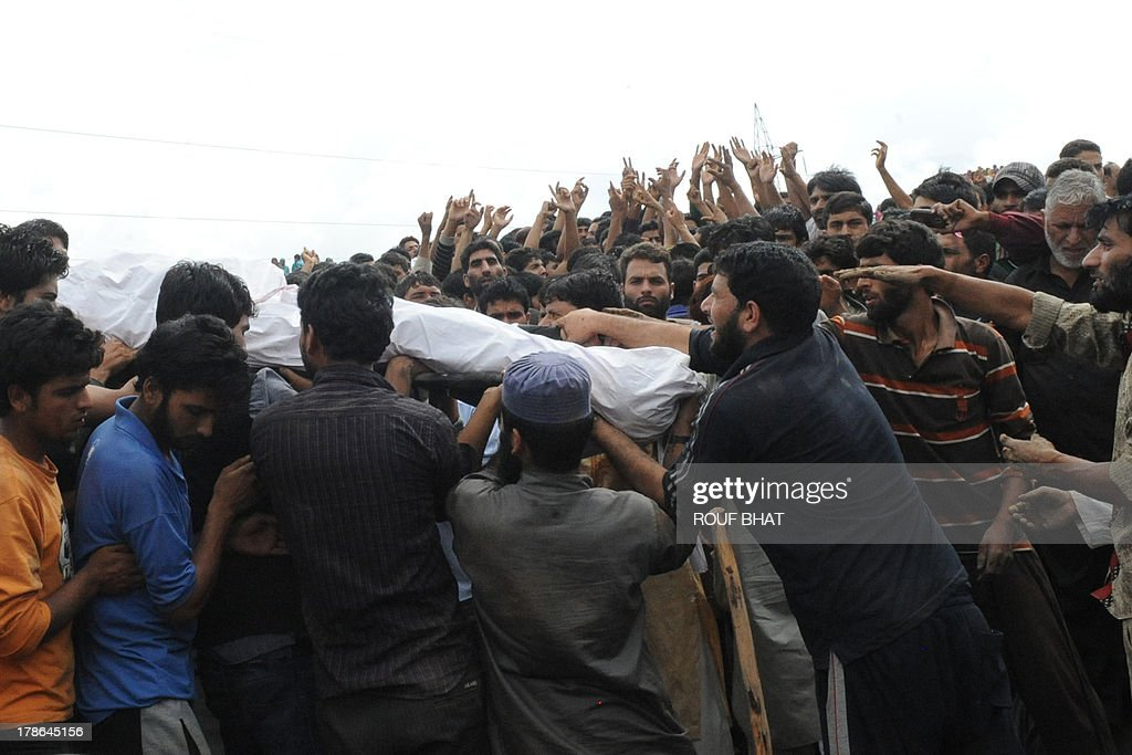 Kashmiri villagers carry the body of suspected militants during a funeral at Kangan on August 30, 2013. Indian police and troops killed five suspected rebels in an overnight gun battle August 30 in a forested area of northern Kashmir, triggering anti-India protests by local residents, police said. Police and an army contingent began a joint operation around midnight near the Najwan forests, 35 kilometres (20 miles) north of Srinagar, the summer capital of Indian-administered Kashmir. AFP PHOTO/Rouf BHAT