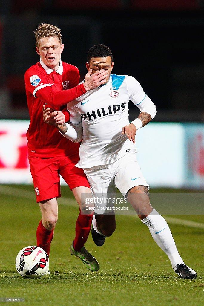 Kasper Kusk of Twente and Memphis Depay of PSV battle for the ball during the Dutch Eredivisie match between FC Twente and PSV Eindhoven held at De Grolsch Veste Stadium on April 4, 2015 in Enschede, Netherlands.