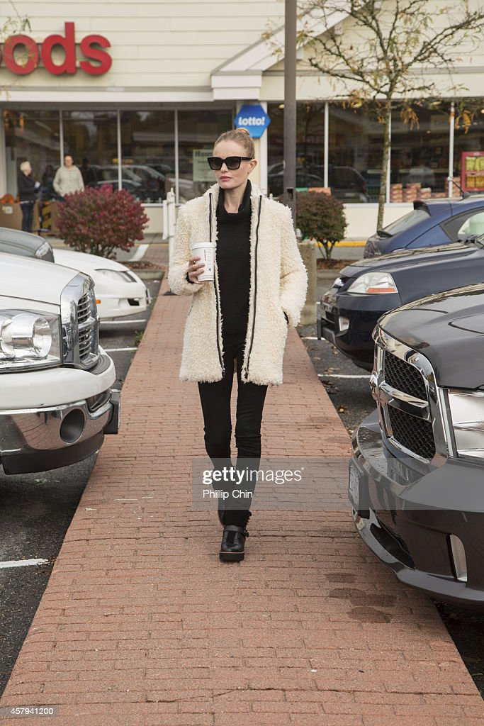 Kate Bosworth wearing Banana Republic while running errands between takes of filming 'Life On The Line' in Vancouver on October 26 2014 in Vancouver...