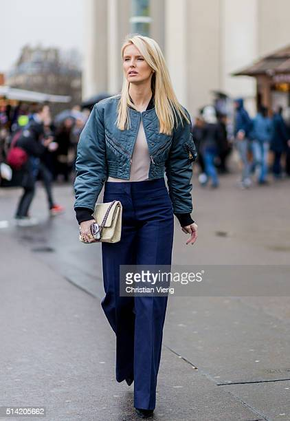 Kate Davidson Hudson wearing a bomber jacket outside Sacai during the Paris Fashion Week Womenswear Fall/Winter 2016/2017 on March 7 2016 in Paris...
