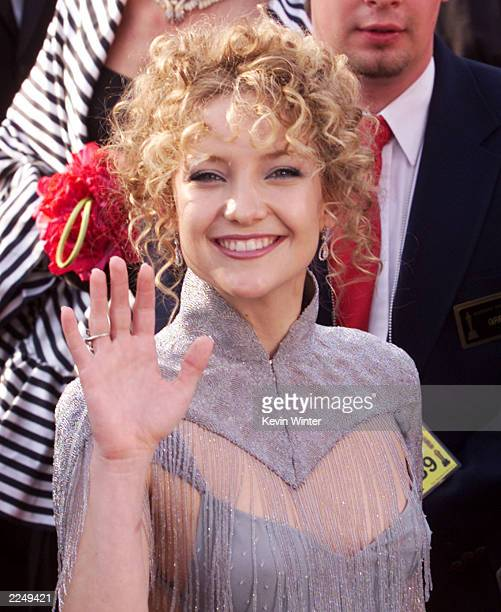 Kate Hudson a nominee as Best Supporting Actress for her role in Almost Famous arrives at the 73rd Annual Academy Awards ceremony at the Shrine...