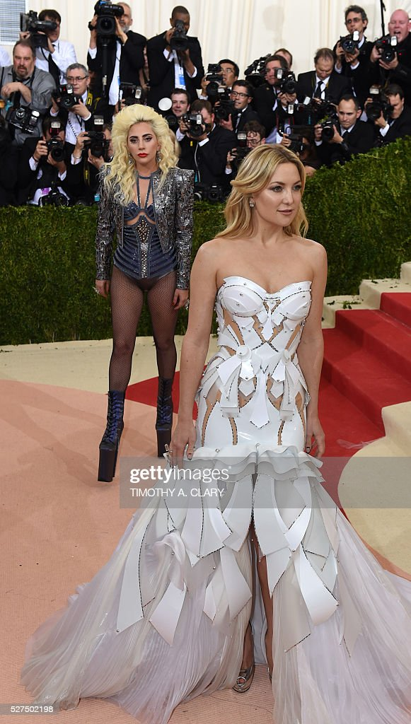 Kate Hudson (R) and Lady Gaga arrive for the Costume Institute Benefit at The Metropolitan Museum of Art May 2, 2016 in New York. / AFP / TIMOTHY