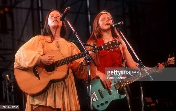 Kathy Kelly Schwester Patricia Kelly Konzert Deutschland Europa Bühne Auftritt singen Mikrofon Musikinstrument spielen Gitarre MusikGruppe Sängerin...