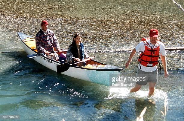 'Katja Woywood Christopher L Barker und FernsehteamMitarbeiter ZDFFilm ''Ein unvergeßliches Wochenende in Kanada'' am in Nationalpark in den Rocky...