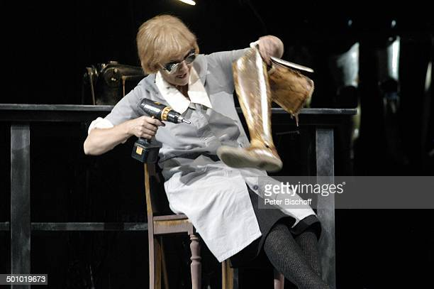 Katrin Sass 'Die Dreigroschenoper' Admiralspalast Berlin Deutschland PNr 1087/2006 Brille Akkuschrauber Beinprotese Schauspielerin Promi DB Foto...