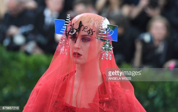 TOPSHOT Katy Perry arrives at the Costume Institute Benefit May 1 2017 at the Metropolitan Museum of Art in New York / AFP PHOTO / ANGELA WEISS
