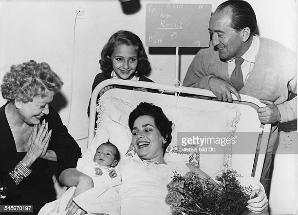 Kaufmann Christine *Schauspielerin D mit Grete Weiser und Harald Reinl am Bett von Karin Dor der Ehefrau von Reinl mit Sohn Andreas 1955