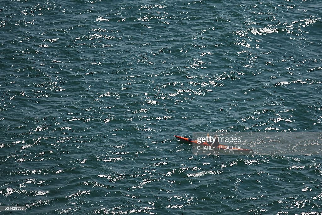 A kayaker paddles through the water on May 26, 2016 in Le Havre, northwestern France. / AFP / CHARLY