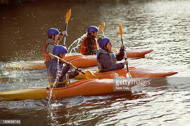 Kajakfahrer Rudern zusammen auf noch lake