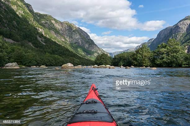 Kajakfahren in einem Fjord in Norwegen im Sommer