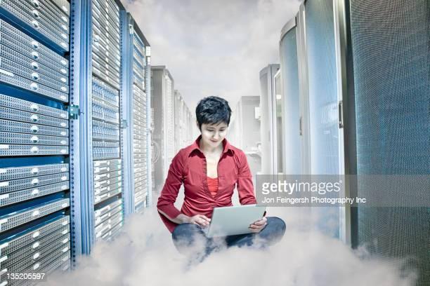 Kasachstan Geschäftsfrau Arbeiten am laptop im server-Raum