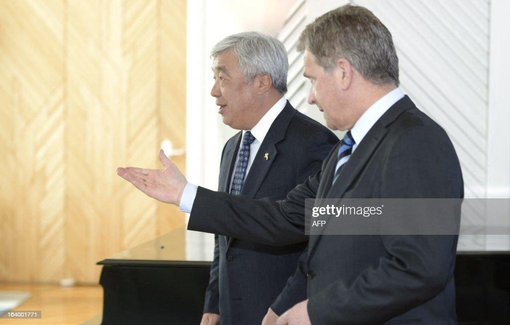 Kazakhstan's Minister of Foreign Affairs Jerlan Idrissov (L) and Finnish President Sauli Niinisto arrive for a meeting on March 19, 2013 in Helsinki. AFP PHOTO/ LEHTIKUVA / Heikki Saukkomaa FINLAND OUT